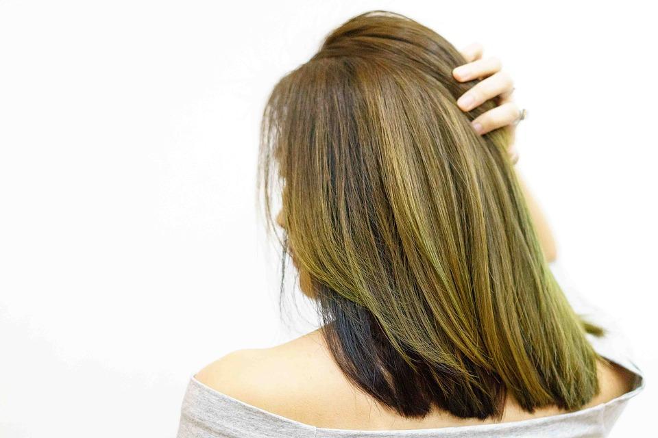 Como uniformizar a cor em cabelos que revelam fundos de clareamento diferentes?