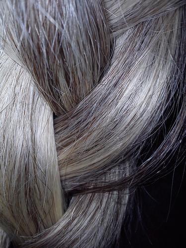 Como acontece a descoloração natural do cabelo?